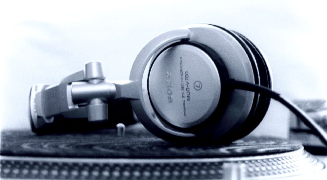The original photo used as inspiration for my project. Original Source: http://blondi227.deviantart.com/art/Headphones-8734275